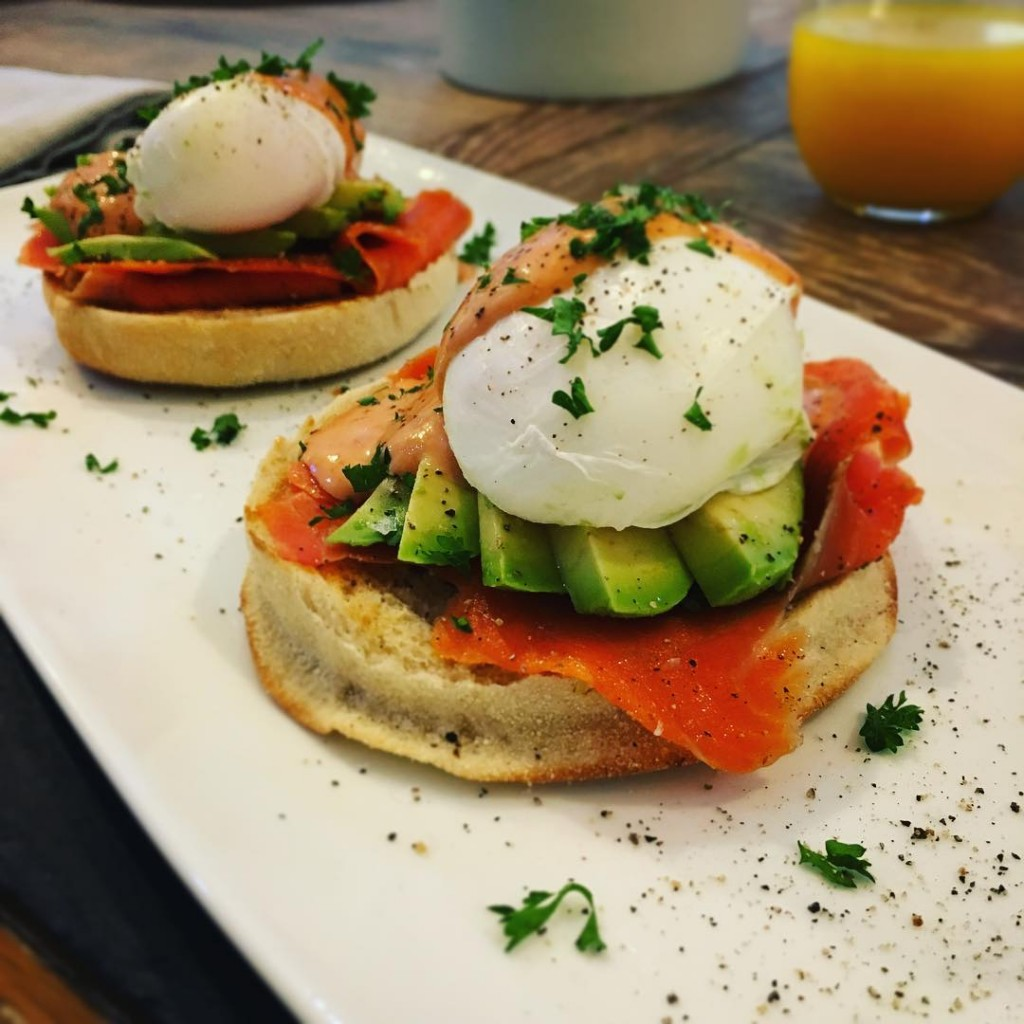 Eggs Royale! betyouwishyouwerehavingthisforbreakfast englishmuffin smokedsalmon avacado sirachahollandaise parsley poachedeggs avenuecookeryhellip